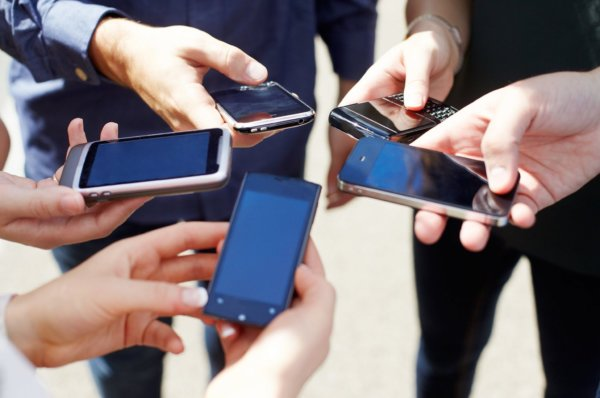 Excessive cellphone use may cause anxiety, experts warn